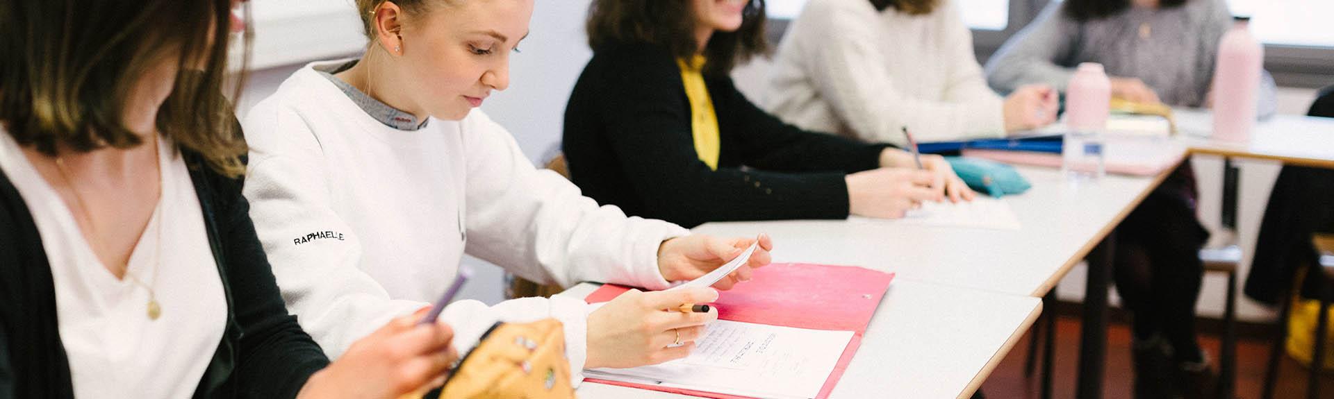 étudiante qui tient un cahier