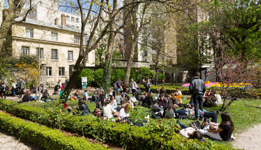 Etudiants assis sur le campus de l'ESQESE Paris