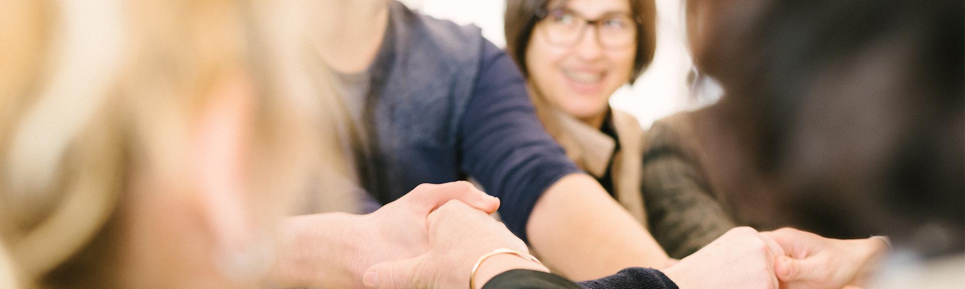 header - accompagnement et soutien main dans la main