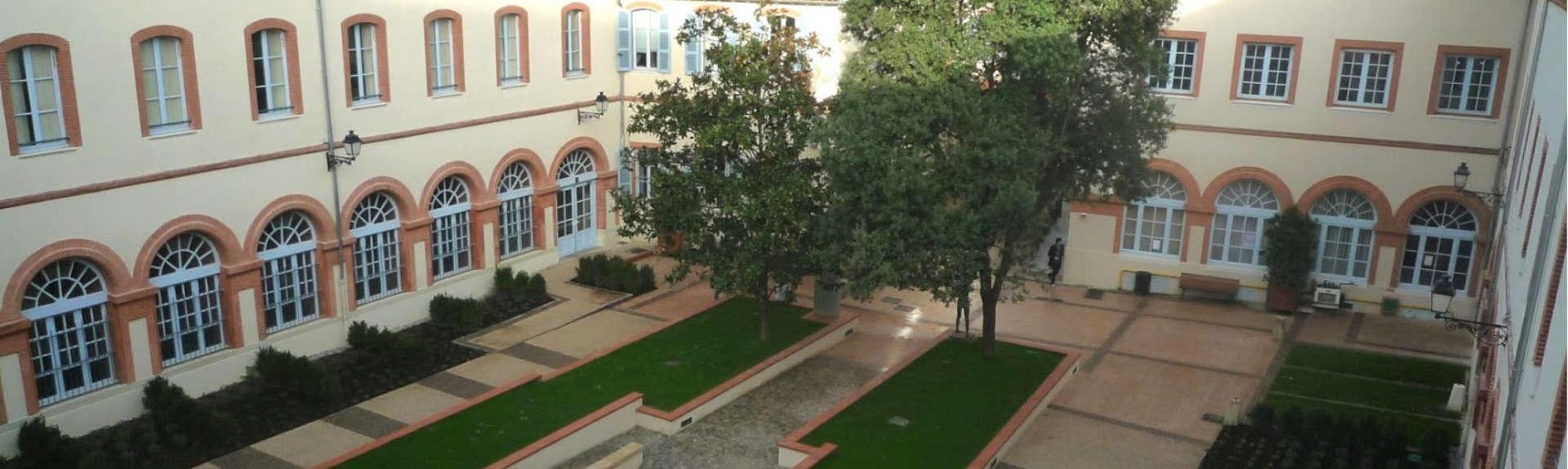 header - cour intérieure du campus de l'esqese toulouse ict