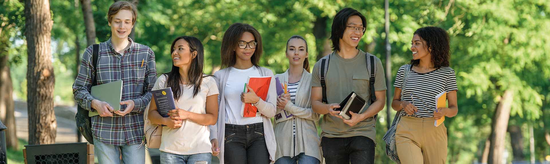 header - étudiants marchant dans un parc en souriant