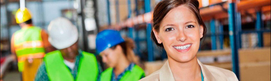 Header - Femme au travail dans une entreprise QSE