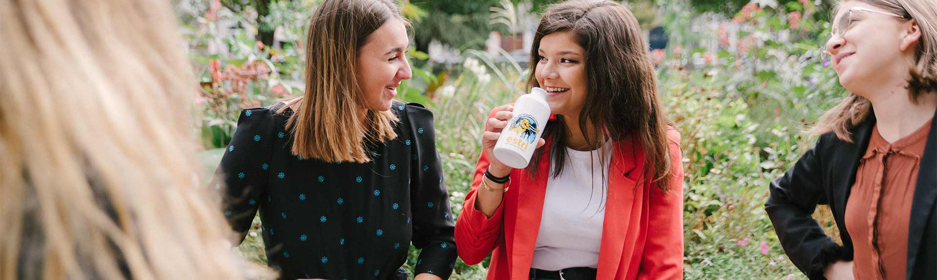 header - étudiantes en pause dans un parc souriantes