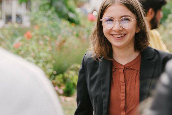 header - étudiante souriant en extérieur