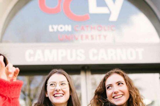 header - groupe d'étudiants heureux devant le campus carnot
