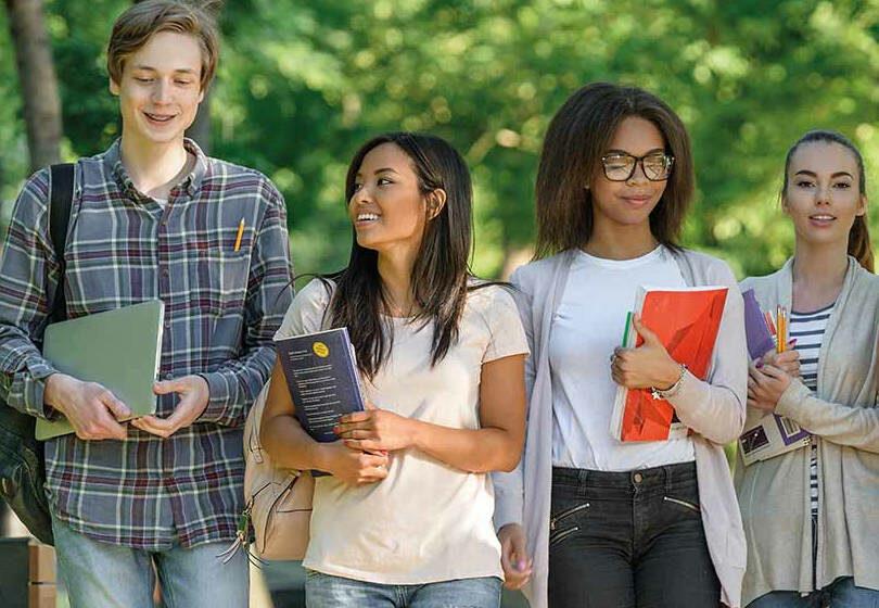 vie étudiante campus lyon étudiants marchant dans un parc souriants