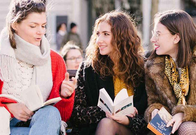 vie pratique campus lyon étudiantes sur un banc souriantes